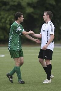 Versöhnliche Geste nach dem Spiel, Björn Schweitzer (SVS, links) und Florian Hassenzahl (SCV)
